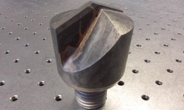 Conap 3D Reverse Engineering - Spitze eines Flügelmeißels auf dem Messtisch